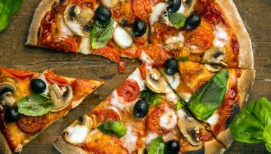 Pizza ai funghi, olive, scamorza e pomodorini