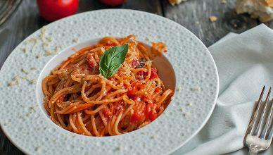 Spaghetti pomodoro e basilico c'a pummarola 'ncoppa