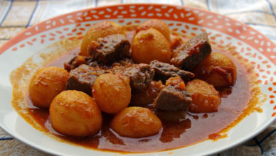 Spezzatino di manzo con patate al sugo di pomodoro