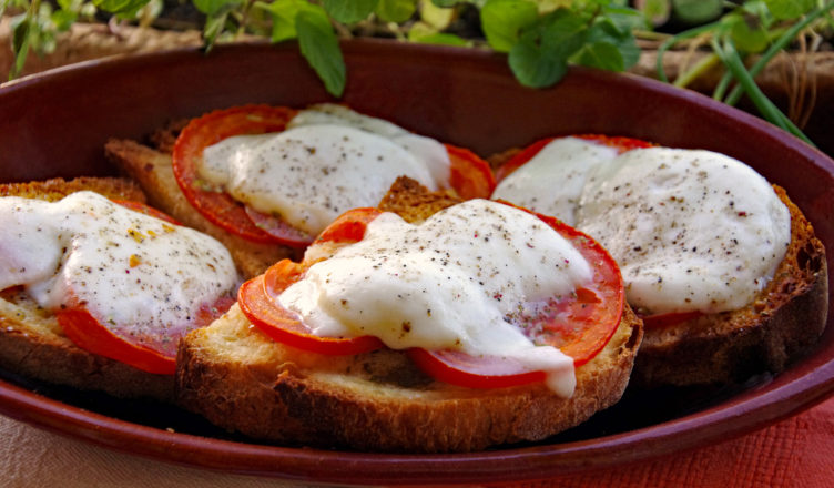 Crostino fritto di pomodoro e salsa di alici