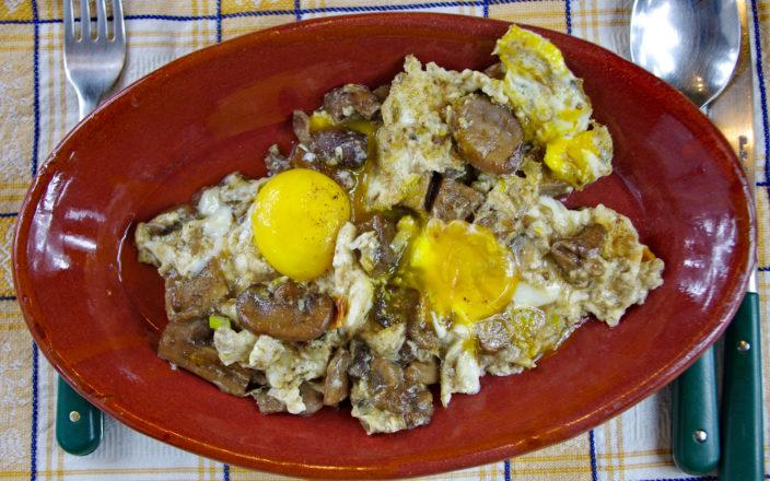 Uova strapazzate con funghi al profumo di grappa