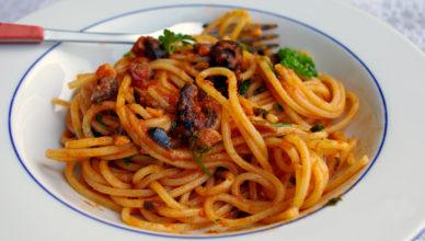 Spaghetti alla puttanesca, versione tipica romana