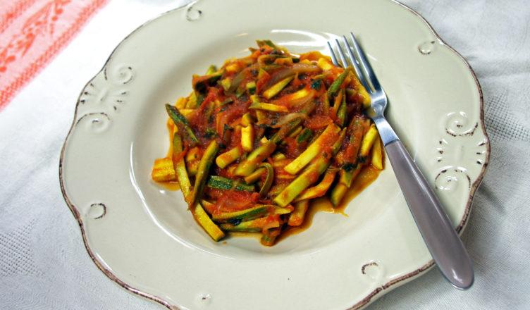Zucchine e cipolle con pomodoro