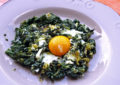 Spinaci con uova strapazzate al burro e parmigiano
