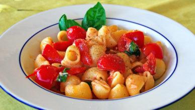 Pasta fredda con pomodorini, aglio, basilico e ricotta salata