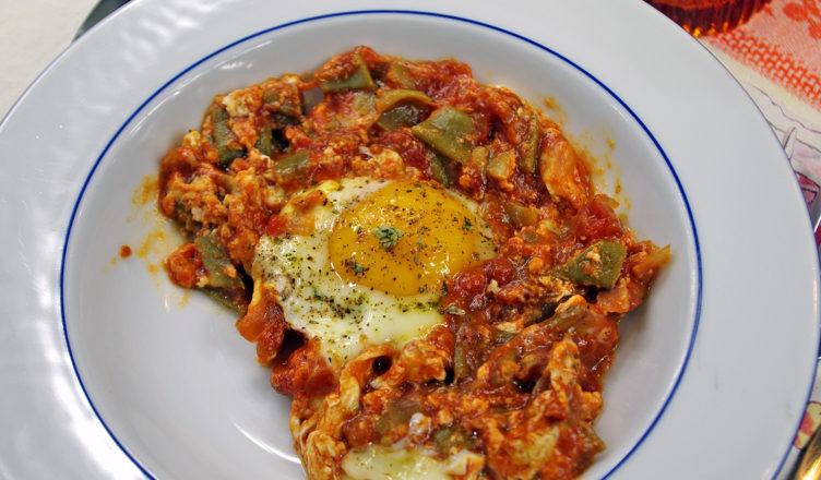 Uova e taccole al pomodoro