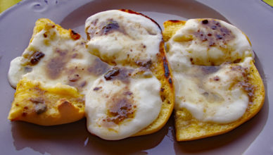 Crostini con mozzarella e alici