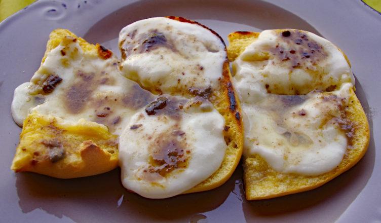 Crostini con mozzarella e alici