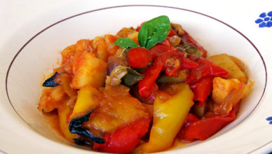 Peperonata con cipolle, patate e aceto balsamico