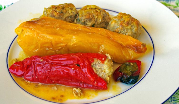 Peperoni colorati con ripieno di carne e melanzane