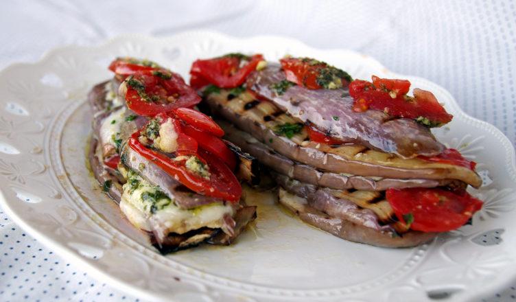 Melanzane al pesto con mozzarella e pomodorini