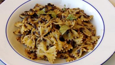 Pasta con salsa di olive nere alla pugliese