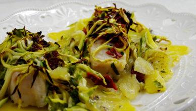Filetti di pesce al forno in letto di zucchine e patate