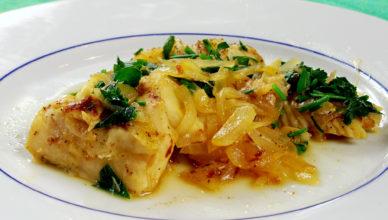 Filetti di merluzzo con cipolle, ricetta tipica del Piemonte