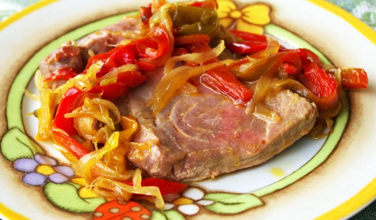 Filetti di tonno alla siciliana con cipolle e peperoni