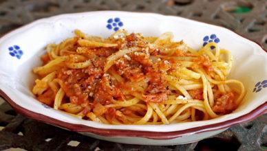 Linguine con sugo di verza e salsicce, ricetta tipica abruzzese