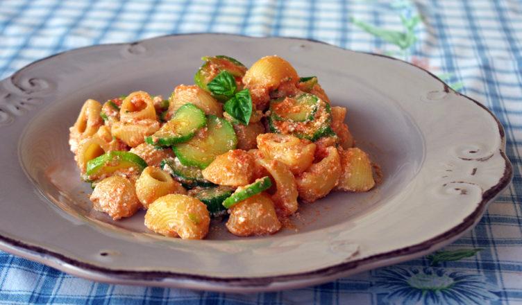 Pasta con zucchine e ricotta fresca