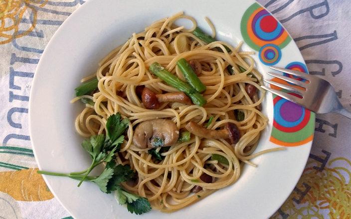 Spaghetti con asparagi e funghi