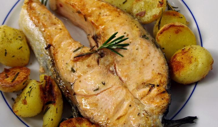 Tranci di salmone al forno con patate al rosmarino