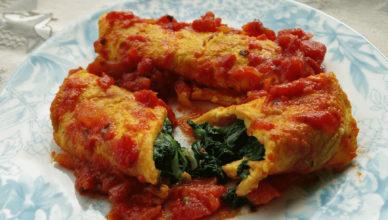 Frittatine ripiene di spinaci, cotte in salsa di pomodoro