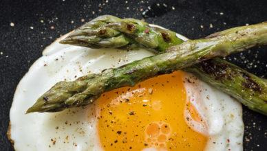 La semplice e buona ricetta di asparagi e uova alla toscana