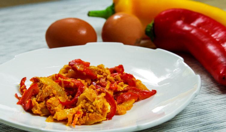 Peperoni e uova strapazzate