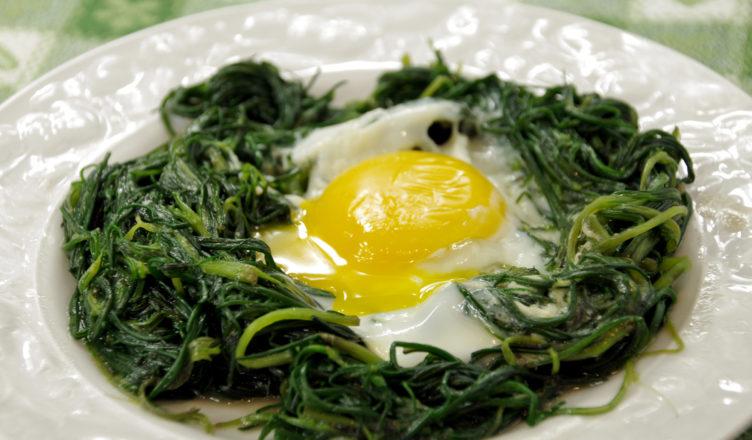 Nidi di agretti con uova al forno