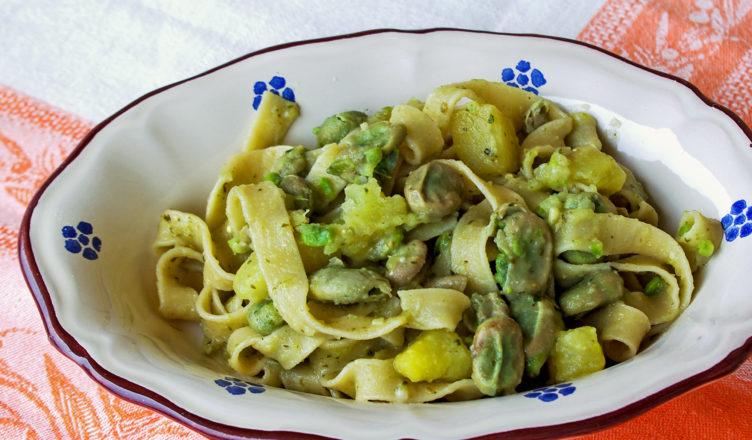 Tagliatelle con fave e patate al pesto