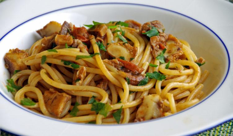 Spaghetti ai funghi con pomodoro