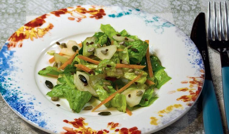 Insalata di lattuga e pere con mix semi